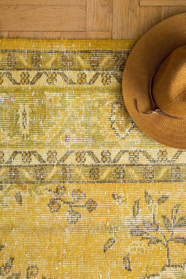 Alfombra colored vintage - turkiet marrón / amarilla  en salón.