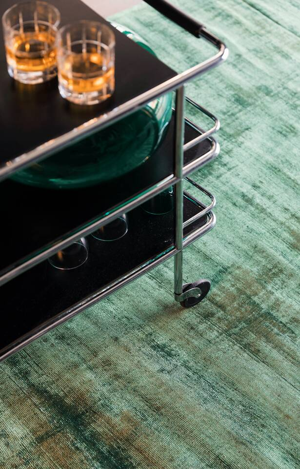 Alfombra handloom tip share verde  en rincón de lectura.